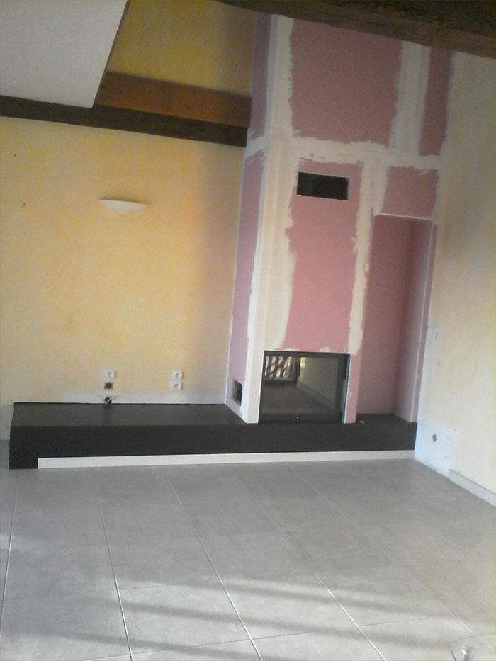 Foyer simple face banc en pierre